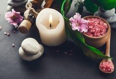 Предметы первой необходимости курорта включая свечу, соль, камни, масло и листья зеленого цвета Стоковое Изображение RF