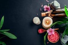 Предметы первой необходимости курорта включая свечу, соль, камни, масло и листья зеленого цвета Стоковая Фотография RF