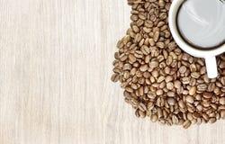 предмет кофе фасолей изолированный сердцем Загоренный снизу, или без освещения, деревянная предпосылка Стоковые Фотографии RF
