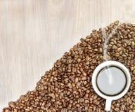 предмет кофе фасолей изолированный сердцем Загоренный снизу, или без освещения, деревянная предпосылка Стоковая Фотография