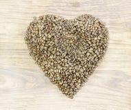 предмет кофе фасолей изолированный сердцем Загоренный снизу, или без освещения, деревянная предпосылка Стоковое Фото