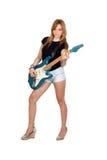 Предназначенная для подростков воинственно настроенный девушка играя электрическую гитару Стоковое фото RF