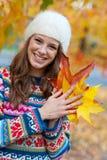 Предназначенная для подростков девушка в осени стоковые изображения