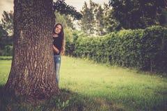 Предназначенная для подростков девушка в природе около дерева стоковая фотография rf