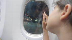 Предназначенная для подростков девушка говорит до свидания образ жизни развевая его рука на окне плоской концепции воздушных судн сток-видео