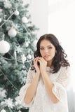 Предназначенная для подростков девушка и рождественская елка Стоковые Изображения