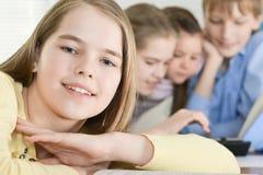 Предназначенная для подростков девушка при дети используя таблетку Стоковая Фотография