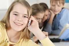 Предназначенная для подростков девушка при дети используя таблетку Стоковые Изображения