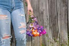 Предназначенная для подростков девушка с букетом маргаритки стоковые фото