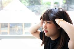Предназначенная для подростков девушка с длинными волосами царапает ее голову стоковые изображения rf