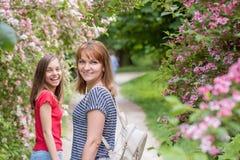 Предназначенная для подростков девушка с матерью на парке стоковые фото