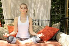Предназначенная для подростков делая йога стоковые изображения rf