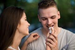 Предназначенная для подростков женщина деля шоколадный батончик стоковая фотография
