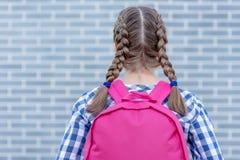 Предназначенная для подростков задняя часть девушки в школу стоковое изображение rf