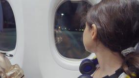Предназначенная для подростков концепция воздушных судн авиации девушки маленькая девочка смотрит образ жизни вне самолет сидя ок видеоматериал