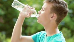 Предназначенная для подростков питьевая вода мальчика outdoors видеоматериал
