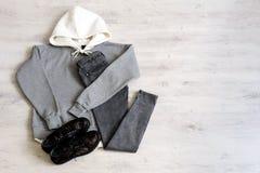 Предназначенная для подростков установленная одежда: серая фуфайка, черные джинсы и ботинки в mil стоковая фотография