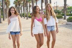 Предназначенные для подростков девушки лучших другов идя в пальмы Стоковое Изображение
