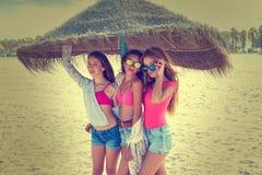 Предназначенные для подростков девушки лучших другов под зонтиком соломы Стоковая Фотография RF
