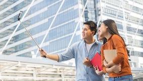 Предназначенные для подростков люди Азии используют умный телефон к selfie, photog автопортрета Стоковые Изображения RF