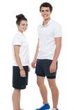 Предназначенные для подростков пары в sportswear представляя вскользь Стоковое фото RF