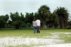 Предназначенные для подростков пары гуляют в парк стоковое фото rf