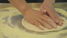 Предназначенные для подростков руки ` s свертывают тесто для пиццы Свежая мука разбросанная на таблицу видеоматериал