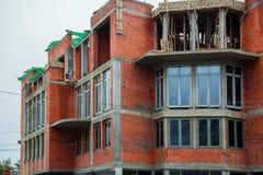 Предназначенный для одной семьи дом кирпича под конструкцией Стоковые Фото