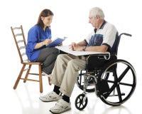 Предназначенный для подростков волонтер читает к пожилым людям Стоковое фото RF