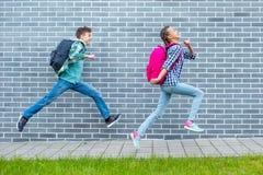 Предназначенный для подростков мальчик и девушка назад в школу стоковое изображение rf