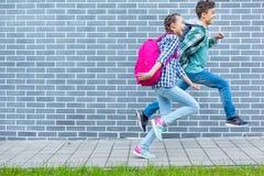 Предназначенный для подростков мальчик и девушка назад в школу стоковое фото rf