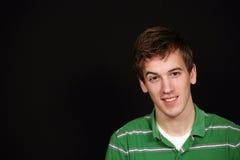 Предназначенный для подростков мальчик на черноте стоковые фотографии rf