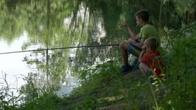Предназначенный для подростков ребенок улавливает рыболовную удочку на пруде видеоматериал