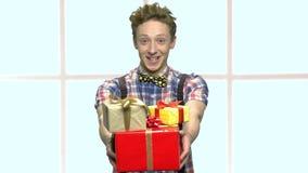 Предназначенный для подростков стог удерживания мальчика подарков акции видеоматериалы