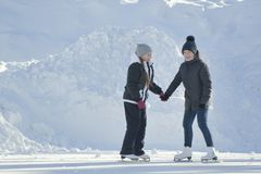 2 предназначенных для подростков девушки катаясь на коньках, представляя и имея потеху Стоковые Изображения RF