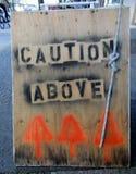 Предосторежение над знаком улиц стоковое фото rf