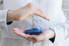 Предохранение от страхования и заботы концепции автомобиля, женщины с защищает стоковые изображения rf