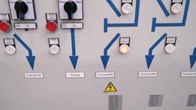 Предохранение от шкафа контроля и автоматическое выключение Индикаторы и переключатели дальше фронт электрического шкафа текст сток-видео