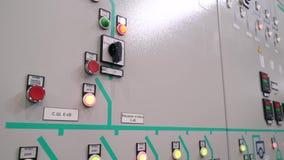 Предохранение от шкафа контроля и автоматическое выключение Индикаторы и переключатели дальше фронт электрического шкафа Текст видеоматериал