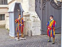 Предохранитель Ватикана солдатами швейцарского предохранителя Швейцарский предохранитель в настоящее время единственный тип воору стоковые изображения