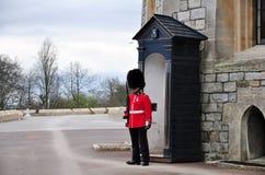 Предохранитель нося традиционный bearskin стоя к вниманию, Великобританию стоковые изображения rf