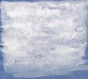Предпосылка абстрактной акварели белая на голубой затрапезной бумаге Стоковое фото RF