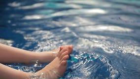 Предпосылка бассейна ноги детей сток-видео