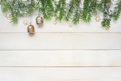 Предпосылка белого рождества с елевыми ветвями Стоковое фото RF