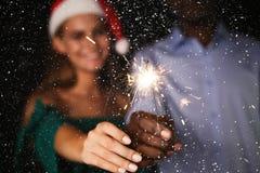 Предпосылка бенгальских огней Подрезанная съемка молодые люди на партии торжества Стоковое фото RF