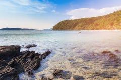 Предпосылка берега моря пляжа и ландшафта утеса естественная Стоковая Фотография RF