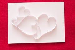 Предпосылка валентинки с сердцем handmade бумаги формирует украшение на белом дерьме бумаги на войлоке красного цвета Стоковые Фотографии RF