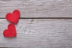 Предпосылка валентинки с handmade сердцами на деревенской древесине Стоковые Фото