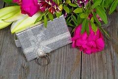 Предпосылка валентинки s Серебряное кольцо украшенное с жемчугом как подарок к дню влюбленности Стоковое Изображение