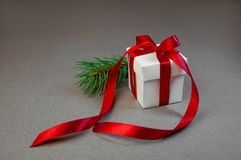 Предпосылка ветвей ели ленты белой коробки подарка рождества красная темная серая Состав праздника Нового Года скопируйте космос  Стоковая Фотография RF